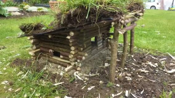chalet en bois montage d 39 une cabane en fuste mega tuto tous les tutoriels vid os pour. Black Bedroom Furniture Sets. Home Design Ideas